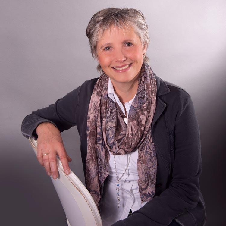 Zahntechnikerin | Managerin Cornelia Peters sorgt dafür, dass alles rund um die Unternehmung DSP reibungslos und angenehm funktioniert: Das fängt bei der Organisation von Veranstaltungen an und hört bei der Kommunikation nicht auf. So brauchen sich die Teilnehmer nur auf die Kurs- bzw Vortragsinhalte zu konzentrieren.